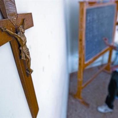 crucifijo-clase-imagen-cristo-crucificado-aula-una-escuela-religiosa-roma-1288909064268